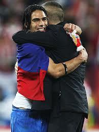 Emotivo abrazo entre Falcao y el cholo tras recibir su estatuilla