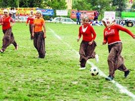 Şalvarspor desplegando su juego de pases cortos, también conocido como turki-turki