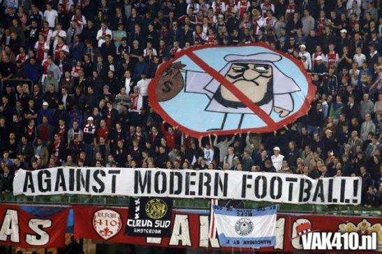 Hinchas apasionados del  Ajax. Protestarían igual si los magnates fueran rubios y de ojos celestes?