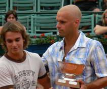 Lucas recibe la Copa Davis oncológica luego de derrotar un cáncer testicular, podrá algún día ganar la Copa más importante, que es la Copa Davis real, ladel tenis?