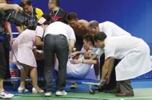 """Una vez consumada la lesión, no le quedó otra a Lin Dan que venderhumo """"ayudando"""" a llevar la camilla para que no le digan que es un hijo de puta egoísta y antifairplay"""