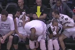 Manu Ginobili demuestra uno puede vivir para siempre siendo el hincha pelotas de la secundaria: acá le pone una lata en el asiento a Duncan antes de sentarse. Jojojo, Manu.
