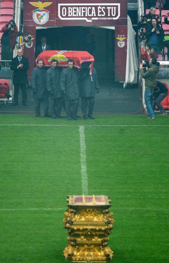 El futbol es como la vida. Y como la muerte. Eusebio sale a jugar su último partido, el mas importante....