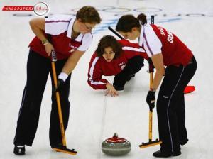 El curling, un deporte que combina bowling, Candy crush, quehaceres cotidianos y miles de cosas más!
