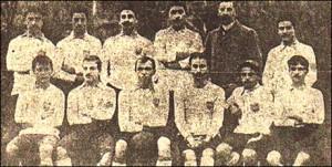 Kadiköy FC. Fuat es el cuarto de la fila de abajo