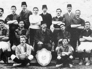 Galatasaray de 1908. Fuat es el que está parado más a la derecha de todo. Otros que aparecen en esta foto son grandes héroes aparecidos en nuestro sitio, como Ali Sami Yen y Emin Bülent Serdaroglu