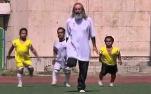 Así cualquiera. No solo tienen el celular de Dios, sino que es su entrenador. Aunque le falta una pierna. Un ejemplo.