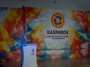 Kasparov no solo habla con las piezas, sino también con la voz.