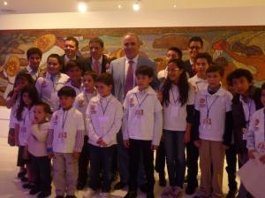 El momento especial solo para el maestro y los niños. 3 de ellos usan corbata. Qué lindos!!