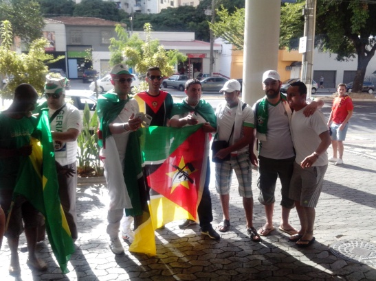 Gente que nada tiene que hacer en la tribuna de Argelia