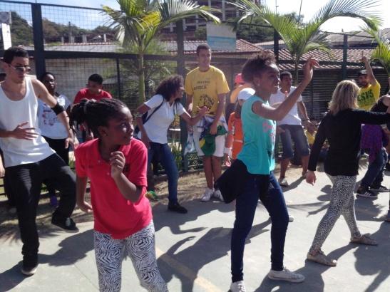 En el acceso al Mineirao, también hubo espacio para el baile recreativo. Un lujo.