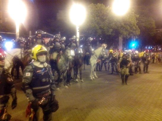Después del partido, aproveché para ver los enfrentamientos entre policías y manifestantes en Savassi. No pasó nada (por suerte eh)