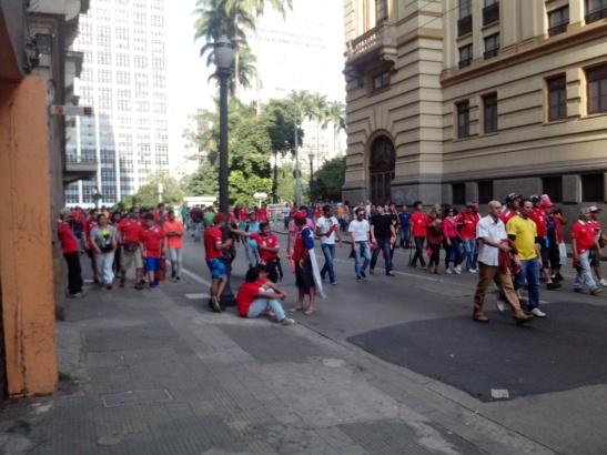 Chilenos retirándose con tristeza del fan fest luego de la derrota contra Holanda en San Pablo, pero contentos porque no gastaron plata en entradas para ese partido.