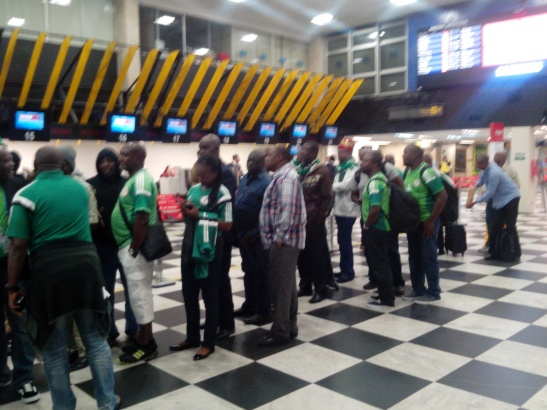 Nos fuimos de SP con los nigerianos. Ellos a Porto Alegre a ver el 2-3 , nosotros a Brasilia