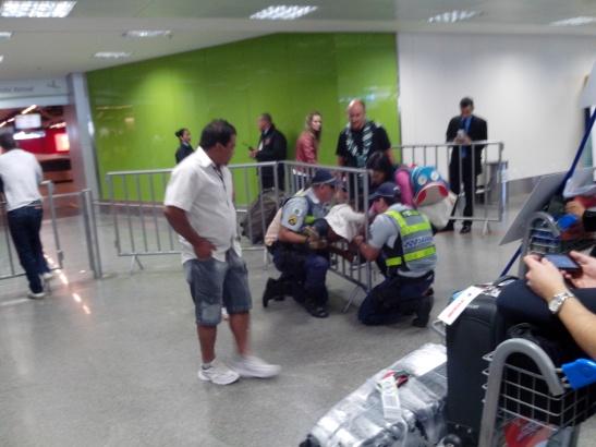 A mí llegada a Brasilia presencié momentos de tensión después de que una niña no pudiera sacar la cabeza de entre unos barrotes, donde la habia puesto por diversión. Después de largos minutos la policía de Brasilia resolvió el caso y se escucharon aplausos.