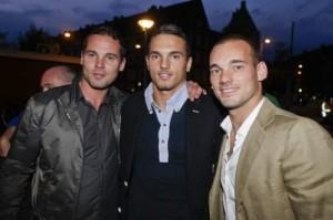 podriamos decir que los Sneijders son uno más bueno que el otro, y están uno más bueno que el otro. Esto en inglés se dice una sola vez, porque el verbo