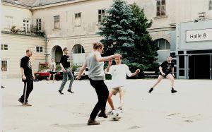 astronautas freelance entrenando informalmente fútbol para tres equipos durante un coffee break de la 1ra Convención Intergaláctica en Viena, en 1997. Creanme que todo esto es cierto