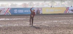 Este muchacho revolea una paloma semiviva para atraer a los halcones